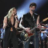 Miley Cyrus actuando con Shawn Mendes en los Grammy 2019
