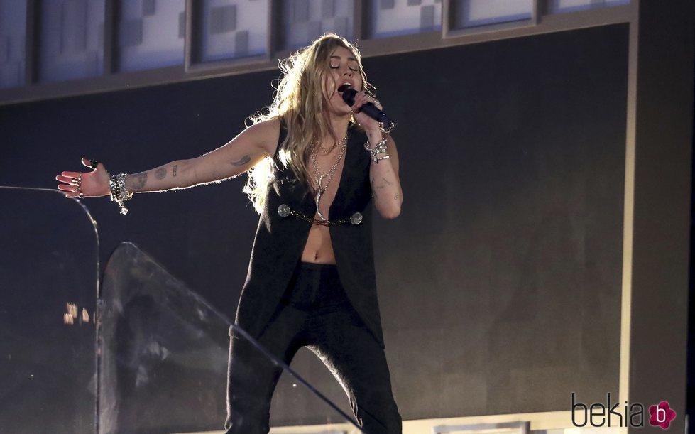 Miley Cyrus actuando en los Grammy 2019