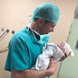 Diego Simeone sostiene en brazos a su hija Valentina recién nacida