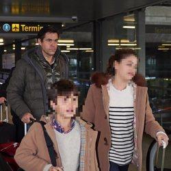 Luis Alfonso de Borbón regresa a Madrid con sus hijos tras el nacimiento del bebé