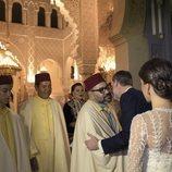 El Rey Felipe besa a Mohamed VI en la cena de gala en honor a los Reyes Felipe y Letizia en Rabat