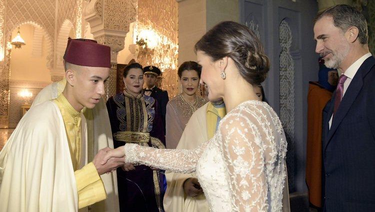 Moulay Hassan de Marruecos saluda a la Reina Letizia en presencia del Rey Felipe, Lalla Hasna y Lalla Meryem en la cena de gala a los Reyes Felipe y Letizi