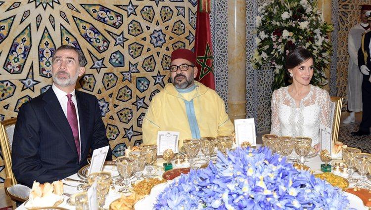 Los Reyes Felipe y Letizia con Mohamed VI en la cena de gala en su honor en Rabat