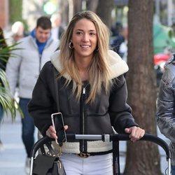 Alice Campello paseando con sus hijos por Madrid