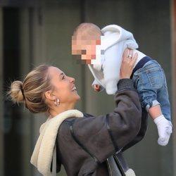 Alice Campello cariñosa con uno de sus hijos