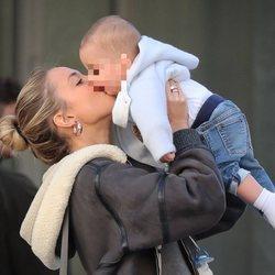 Alice Campello besando a uno de sus hijos