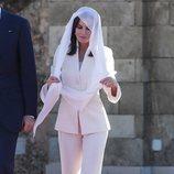 La Reina Letizia con el traje de su pedida de mano y velo en el Mausoleo de Mohamed V y Hassan II de Marruecos
