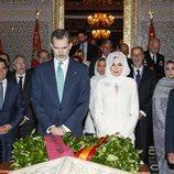 Los Reyes Felipe y Letizia durante su visita al Mausoleo de Mohamed V y Hassan II de Marruecos