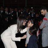 La Reina Letizia saluda a unas niñas en la Escuela de la Segunda Oportunidad de Salé