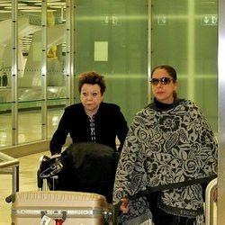 María Navarro con Isabel Pantoja en un aeropuerto