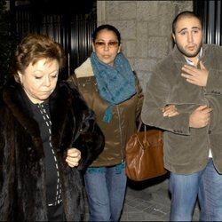 María Navarro con Isabel Pantoja y Kiko Rivera saliendo de una casa