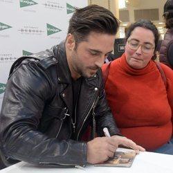 David Bustamante firmando discos en Santander
