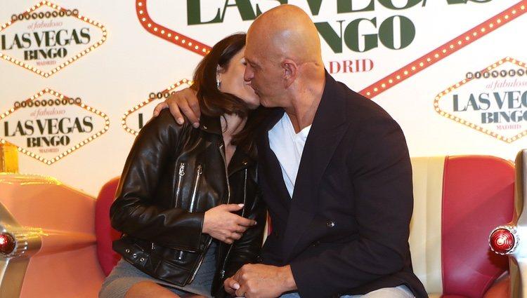 Kiko Matamoros y Cristina Pujol dándose un beso