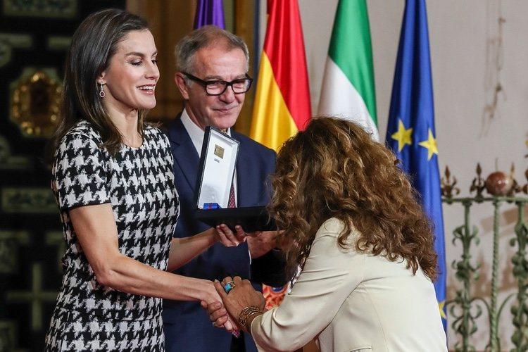 Lolita saluda a la Reina Letizia en la entrega de las Medallas de Oro al Mérito en las Bellas Artes 2017