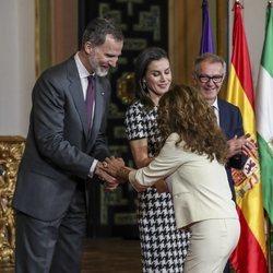 Lolita saluda al Rey Felipe en la entrega de las Medallas de Oro al Mérito en las Bellas Artes 2017