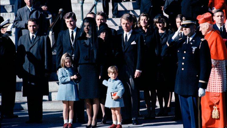 Jackie Kennedy junto a sus dos hijos en el funeral de John F. Kennedy