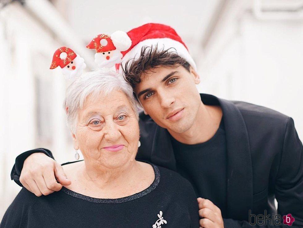Daniel Illescas y su abuela Carmen