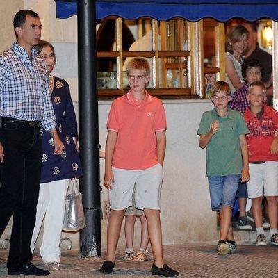 El Rey Felipe, la Reina Sofía, Froilán, la Infanta Cristina y sus hijos Juan, Pablo y Miguel Urdangarin en una cena en Mallorca