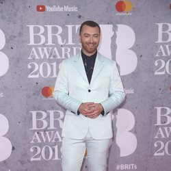 Sam Smith en la alfombra roja de los Brit Awards 2019