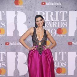Dua Lipa en la alfombra de los Brit Awards 2019
