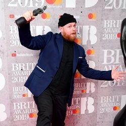 Tom Walker con su premio Brit Awards 2019