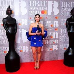 Dua Lipa con su premio Brit Awards 2019