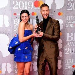 Dua Lipa y Calvin Harris con su premio Brit Awards 2019