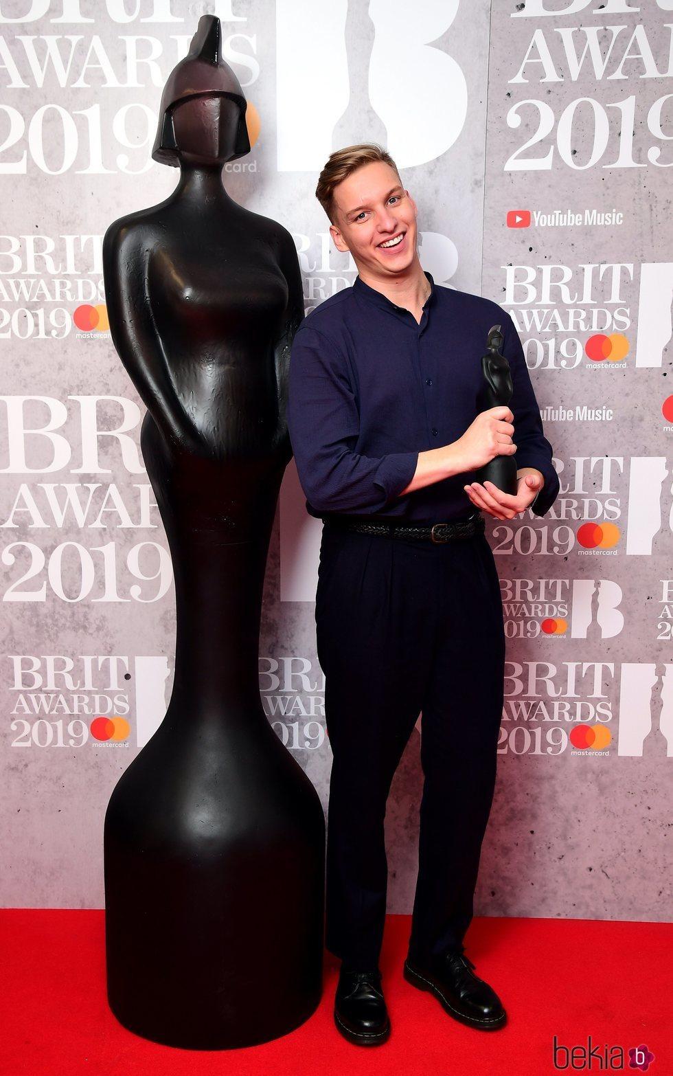 George Ezra con su premio Brit Awards 2019