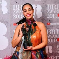 Jorja Smith con su premio Brit Awards 2019