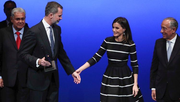 Los Reyes Felipe y Letizia se cogen de la mano en la entrega del World Peace & Liberty Award