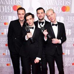 The 1975 con su premio Brit Awards 2019