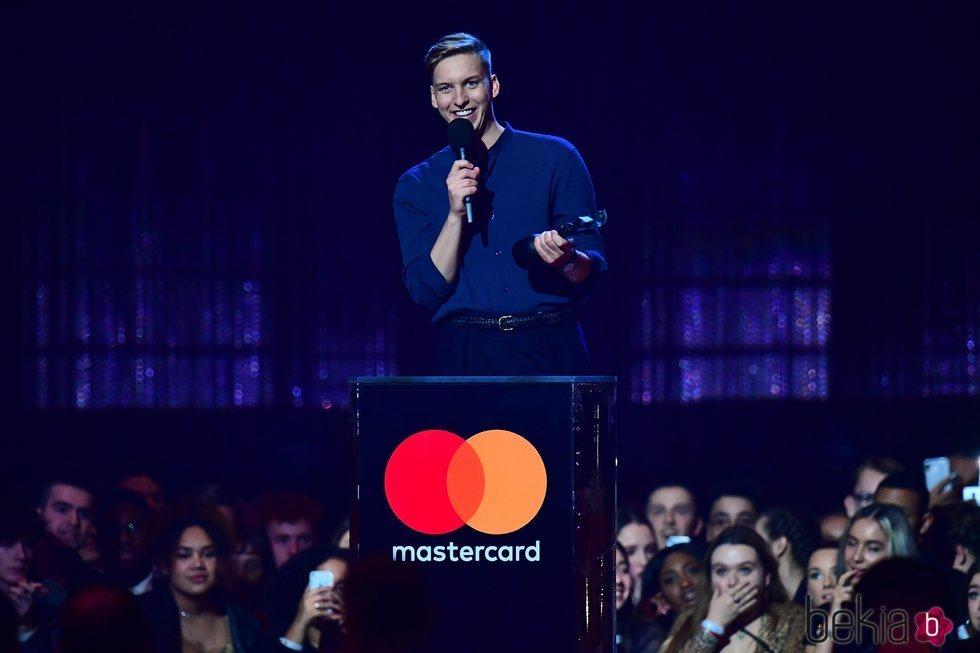 George Ezra recibiendo su premio Brit Awards 2019