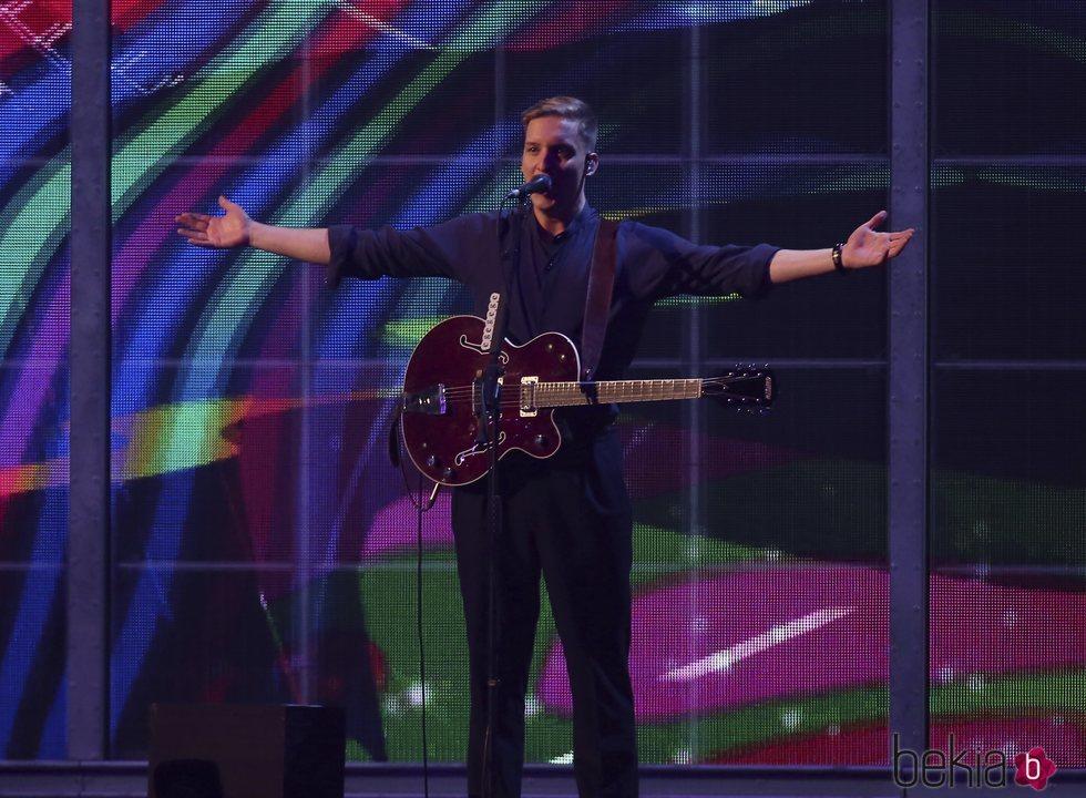 George Ezra actuando en los Brit Awards 2019