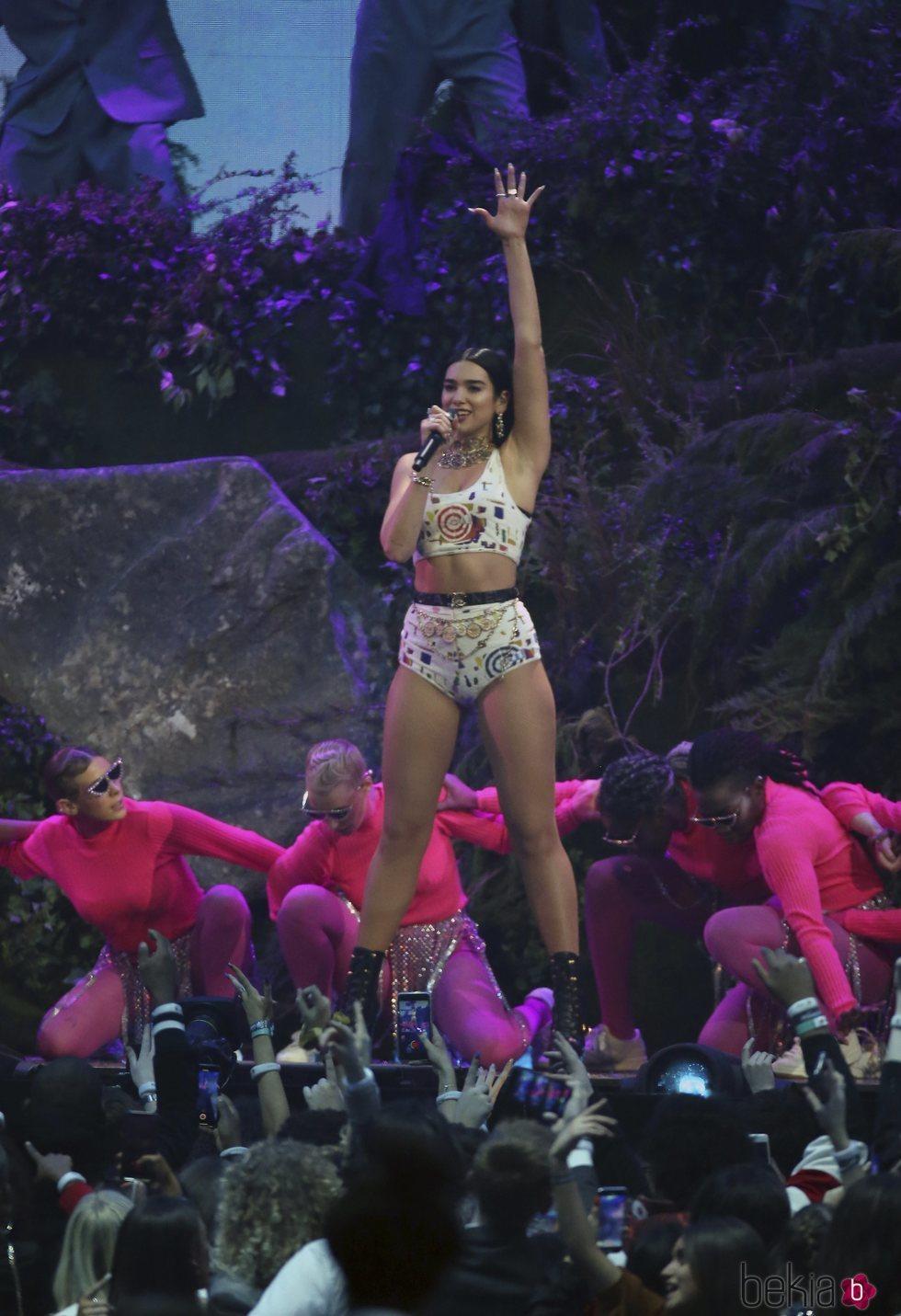 Dua Lipa actuando en los Brit Awards 2019