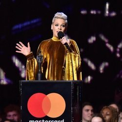 Pink recibiendo su premio Brit Awards 2019