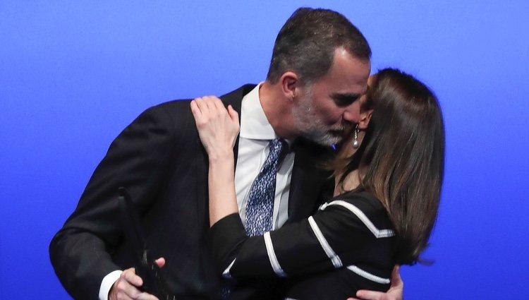Los Reyes Felipe y Letizia se dan un beso en la entrega del World Peace & Liberty Award