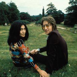 John Lennon y su mujer Yoko Ono en un parque
