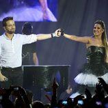 Pablo Alborán y Malú actuando en los Premios 40 Principales 2011