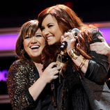 Kelly Clarkson y Demi Lovato durante el concierto de los Jingle Ball 2011