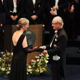 Claudia Steinman recibe el Nobel de Medicina 2011 de manos del Rey Carlos XVI Gustavo
