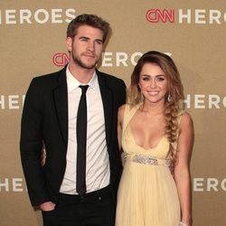 Liam Hemsworth y Miley Cyrus en la gala CNN Heroes: An All-Star Tribute
