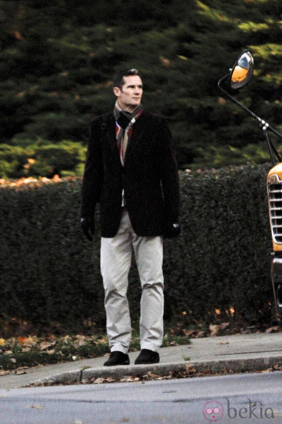 Iñaki Urdangarín espera a sus hijos en la parada del autobús del colegio