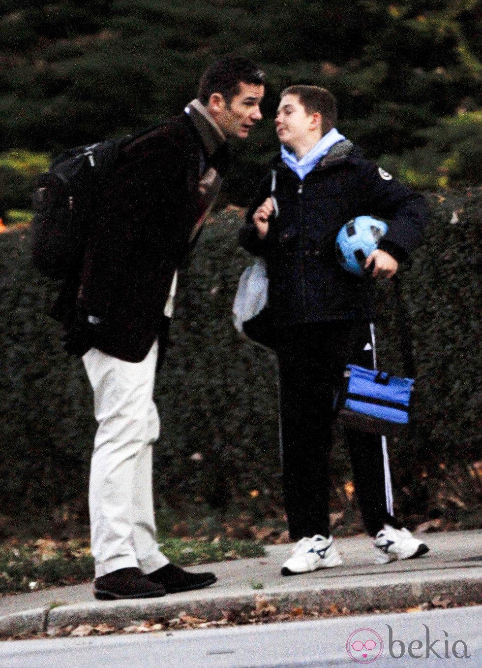 Iñaki Urdangarín acompaña a su hijo Juan a la ruta del colegio