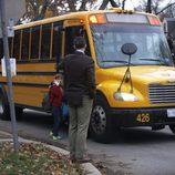 Iñaki Urdangarín acompaña a sus hijos a coger el autobús del colegio