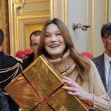Carla Bruni reaparece en un acto público tras el nacimiento de Giulia