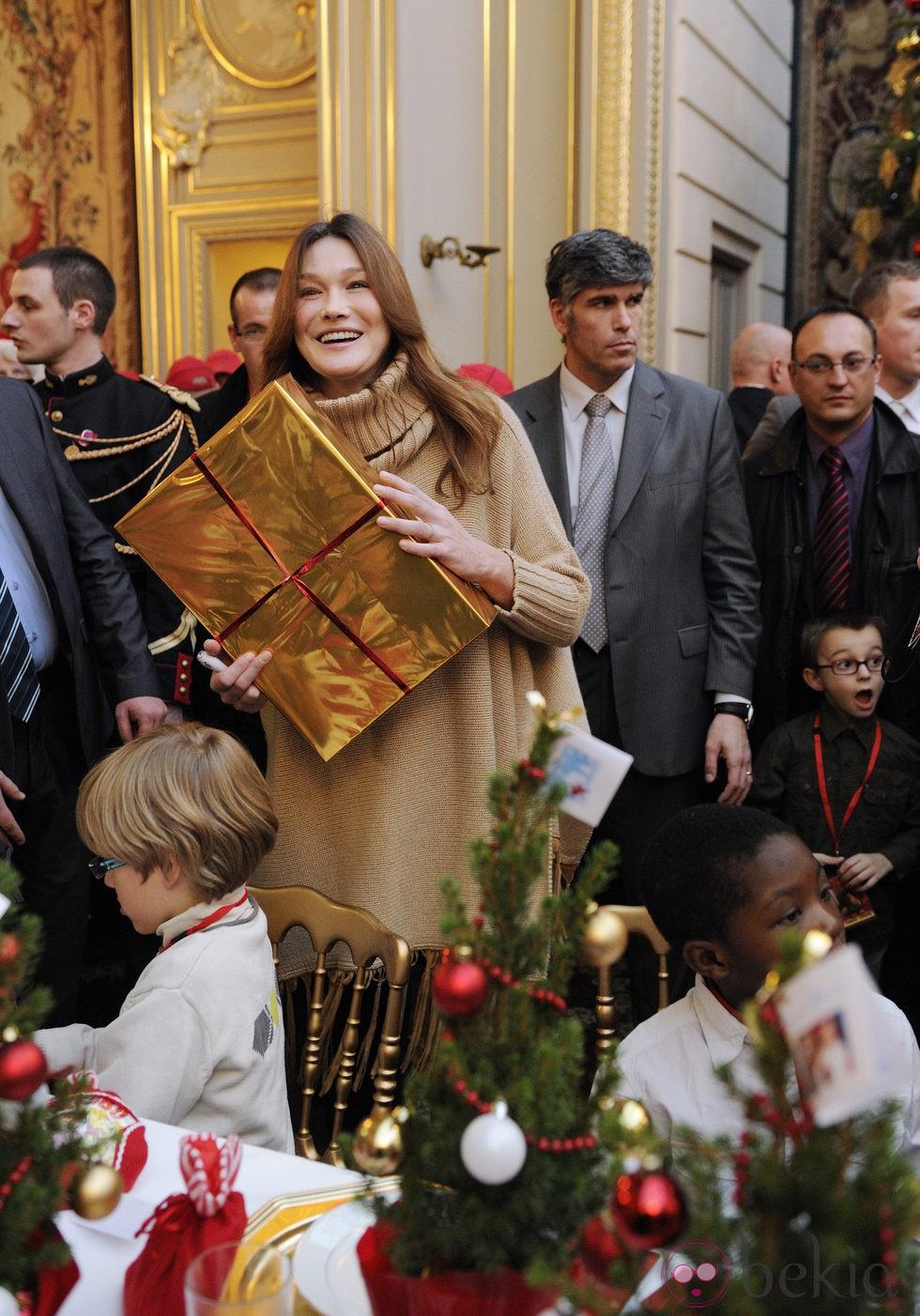 Carla Bruni reparte regalos de Navidad