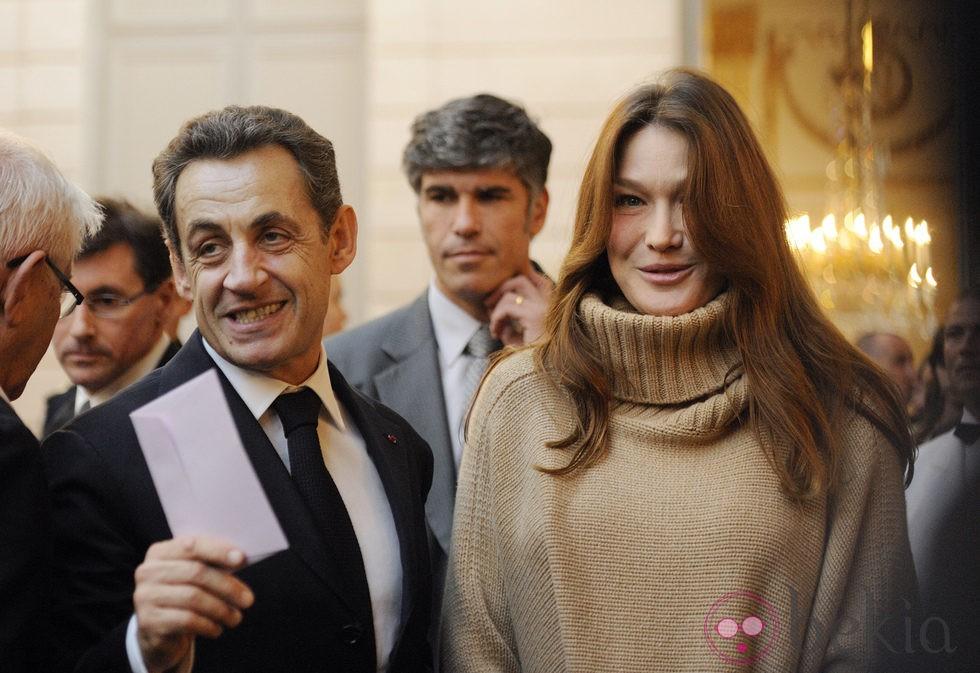 Carla Bruni y Nicolas Sarkozy reparten regalos de Navidad en el Elíseo