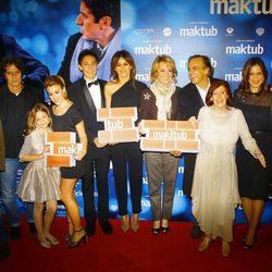 Paco Arango y el reparto de 'Maktub' con Esperanza Aguirre en el estreno en Madrid