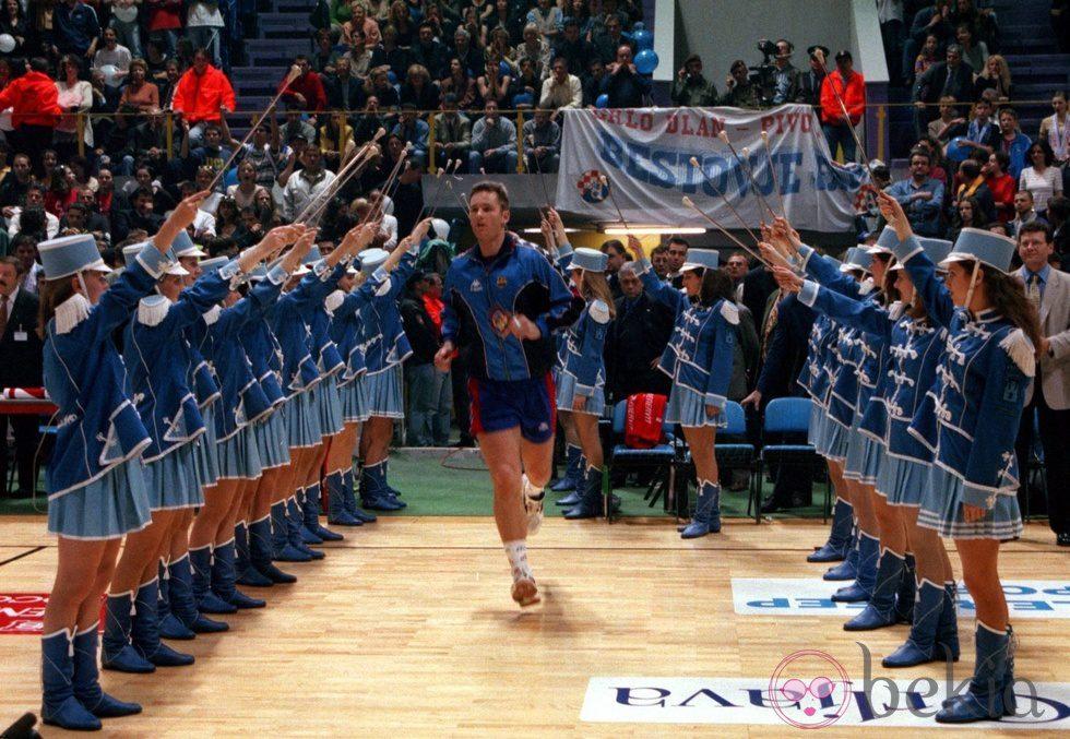 Iñaki Urdangarín en la final de la Copa de Europa de Balonmano en 1998