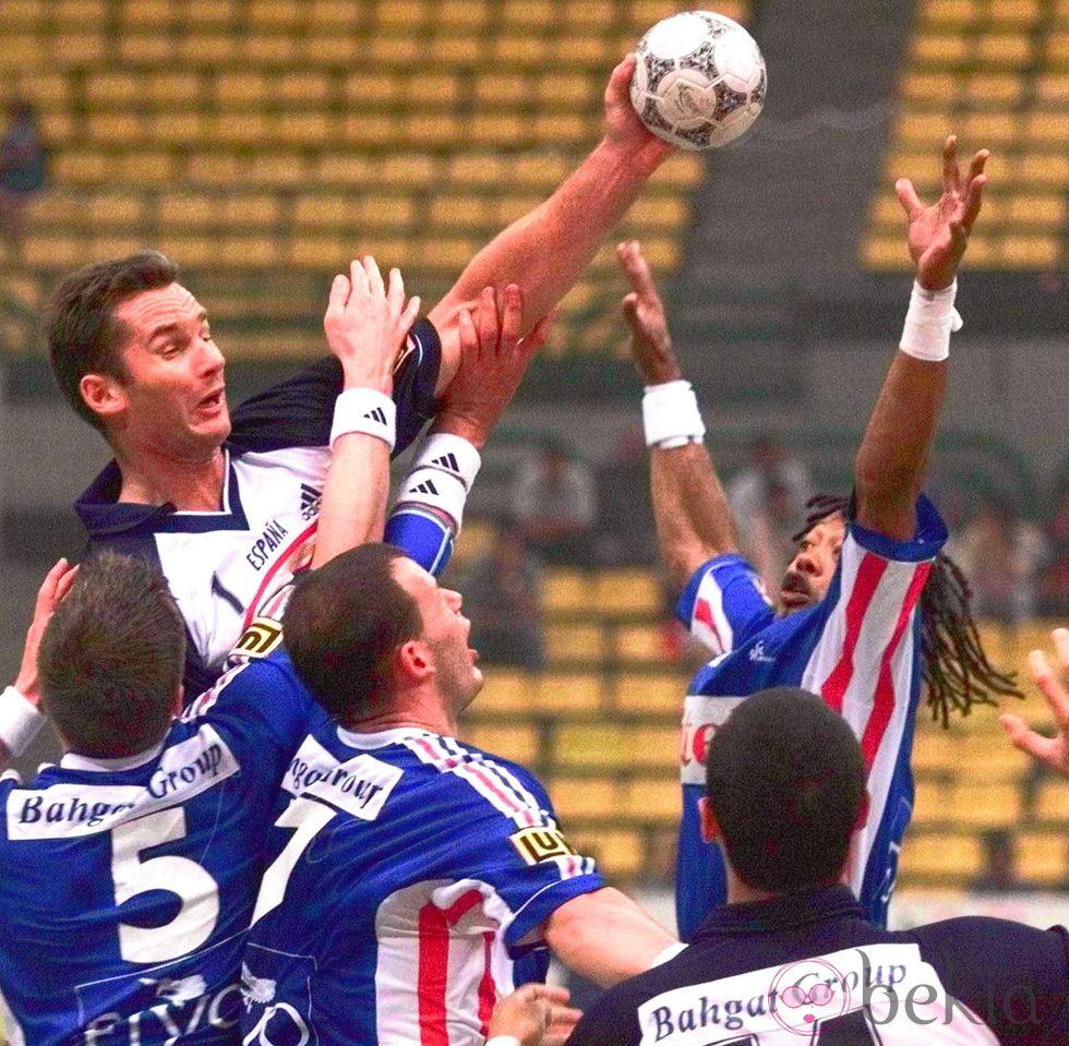 Iñaki Urdangarín disputando un partido entre España y Francia en 1999